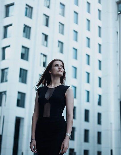 Kvinde, sådan gør du dit arbejds-outfit mere spændende
